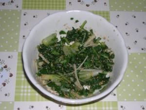 大根の間引き菜の胡麻和えを皿に盛りつけた写真