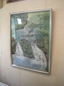 新緑の頃の滝を表現した縦長の大きなちぎり絵の写真