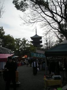 露店が並ぶ東寺境内