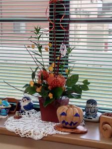 待合室に置いてあるハロウィン用のカボチャとフラワーアレンジメント