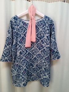 外したピンク色の襟をひもにして首にスカーフのように